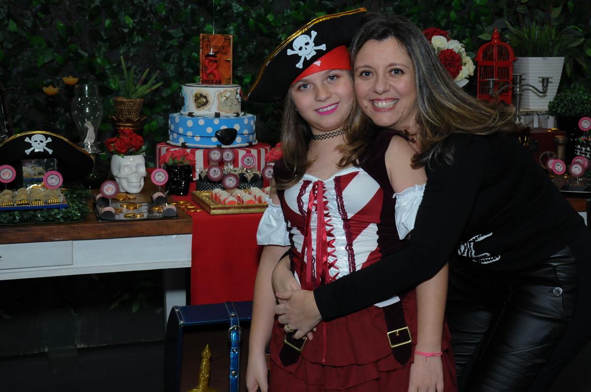 giulia e a mãe em frente a mesa decorada piratas do caribe no Buffet Espaço Vila da Arte