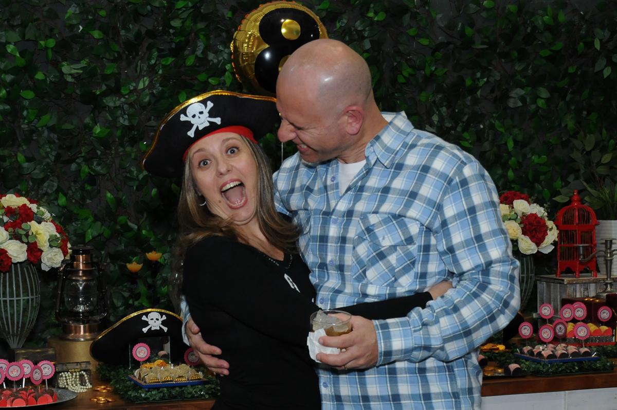 foto descontraida do casal em frente a mesa piratas do caribe no Buffet Espaço Vila da Arte
