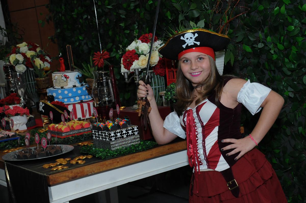 giulia feliz com a decoração piratas do caribe no Buffet Espaço Vila da Arte