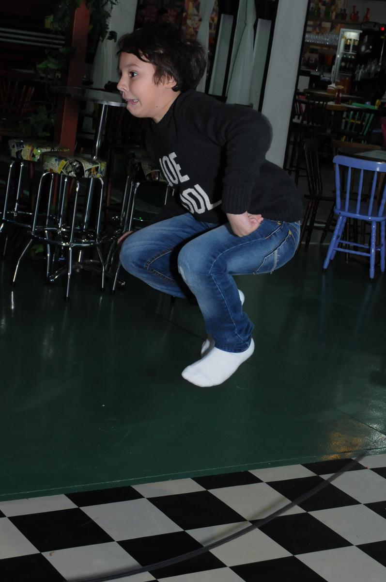 amiguinho pulando no Buffet Espaço Vila da Arte