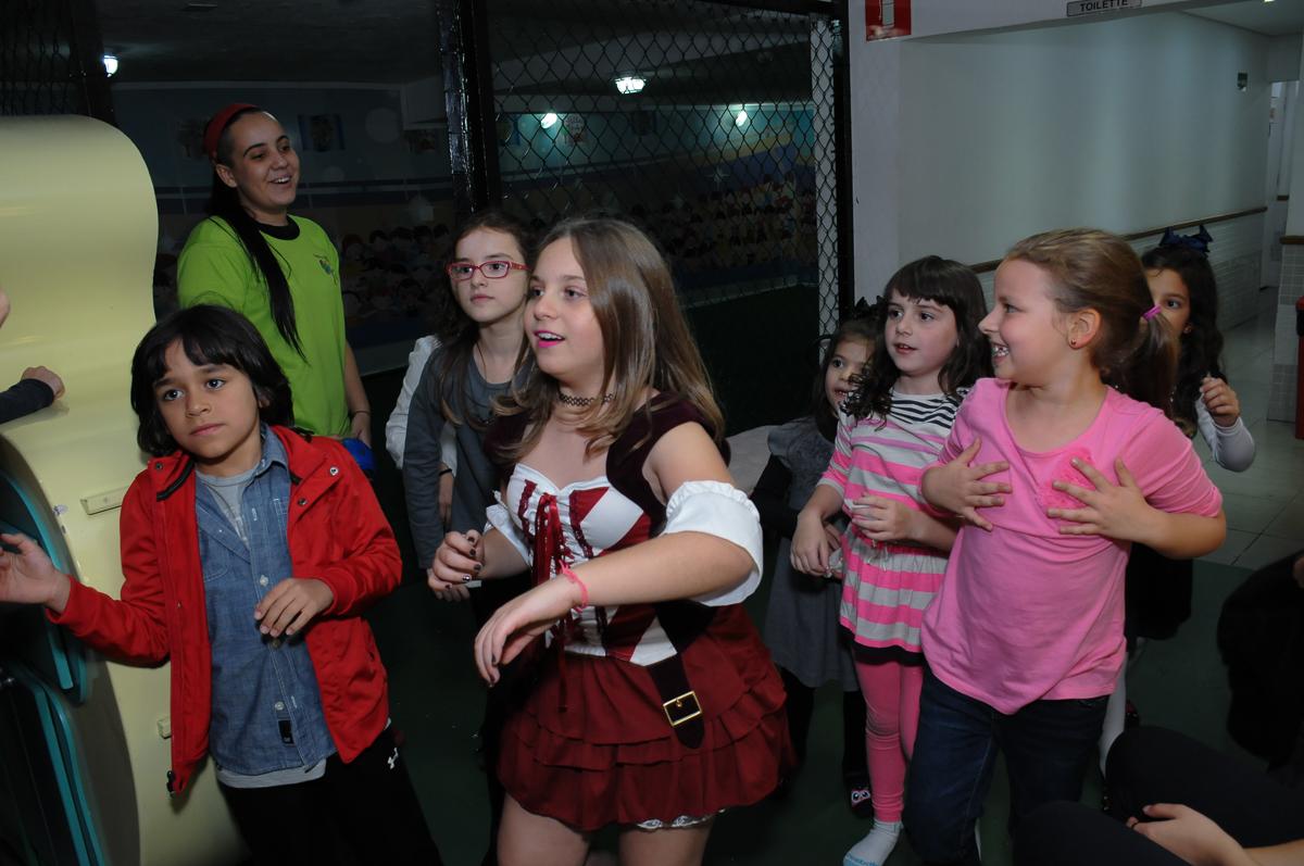 a dança da meninada no Buffet Espaço Vila da Arte