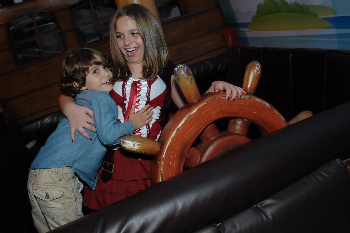 giulia conduzindo o navio no Buffet Espaço Vila da Arte