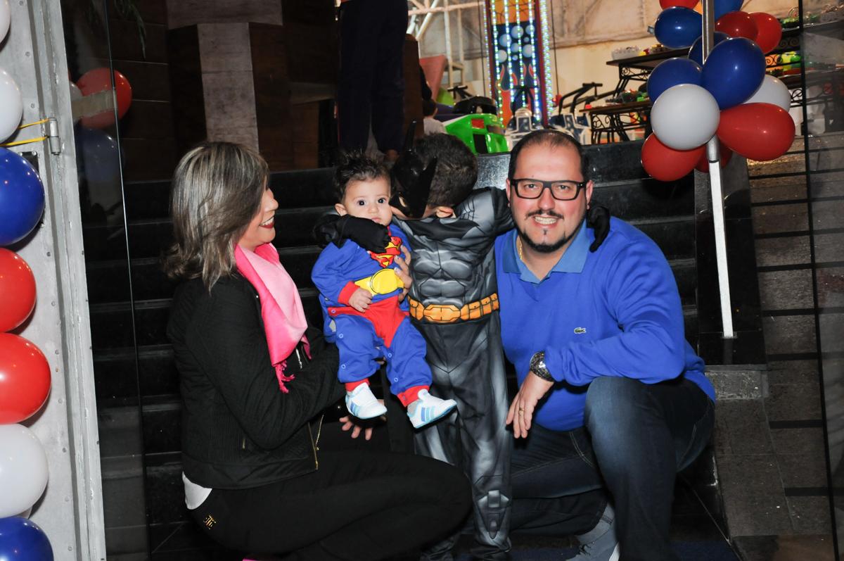 matheus e sua família em baixo do arco de bexigas no buffet fábrica da alegria, osasco