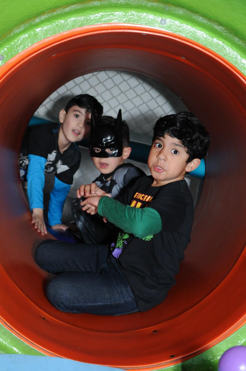 foto de matheus e seus amiguinhos no brinquedão no buffet fábrica da alegria, osasco