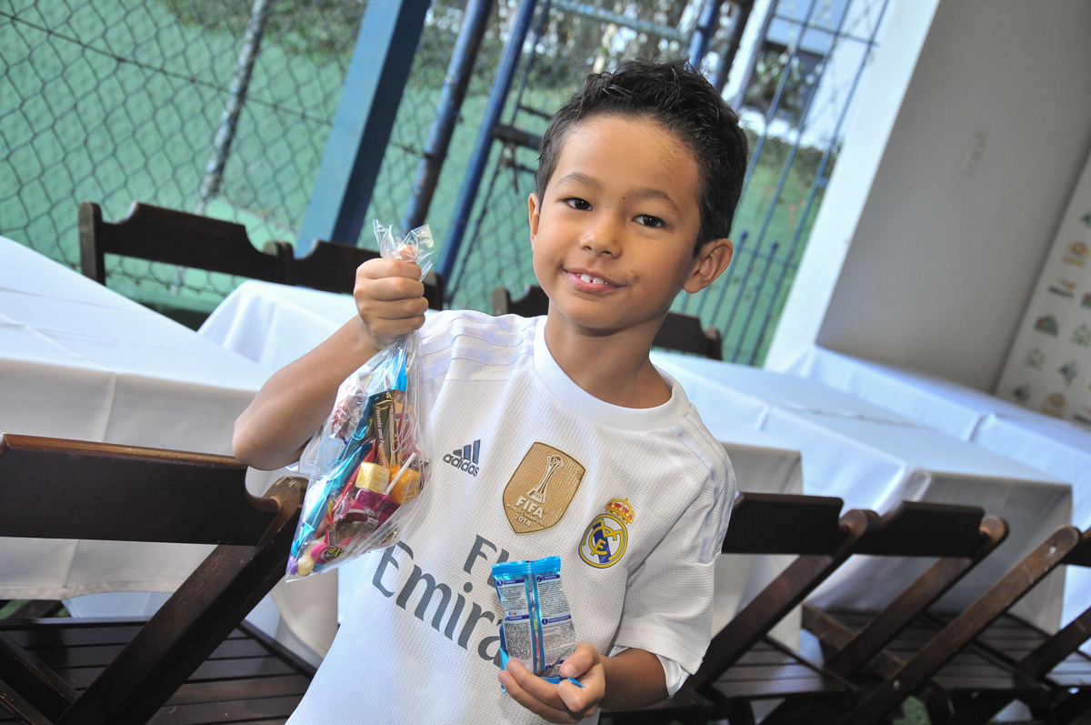 rafael na mesa de doces no Buffet High Soccer