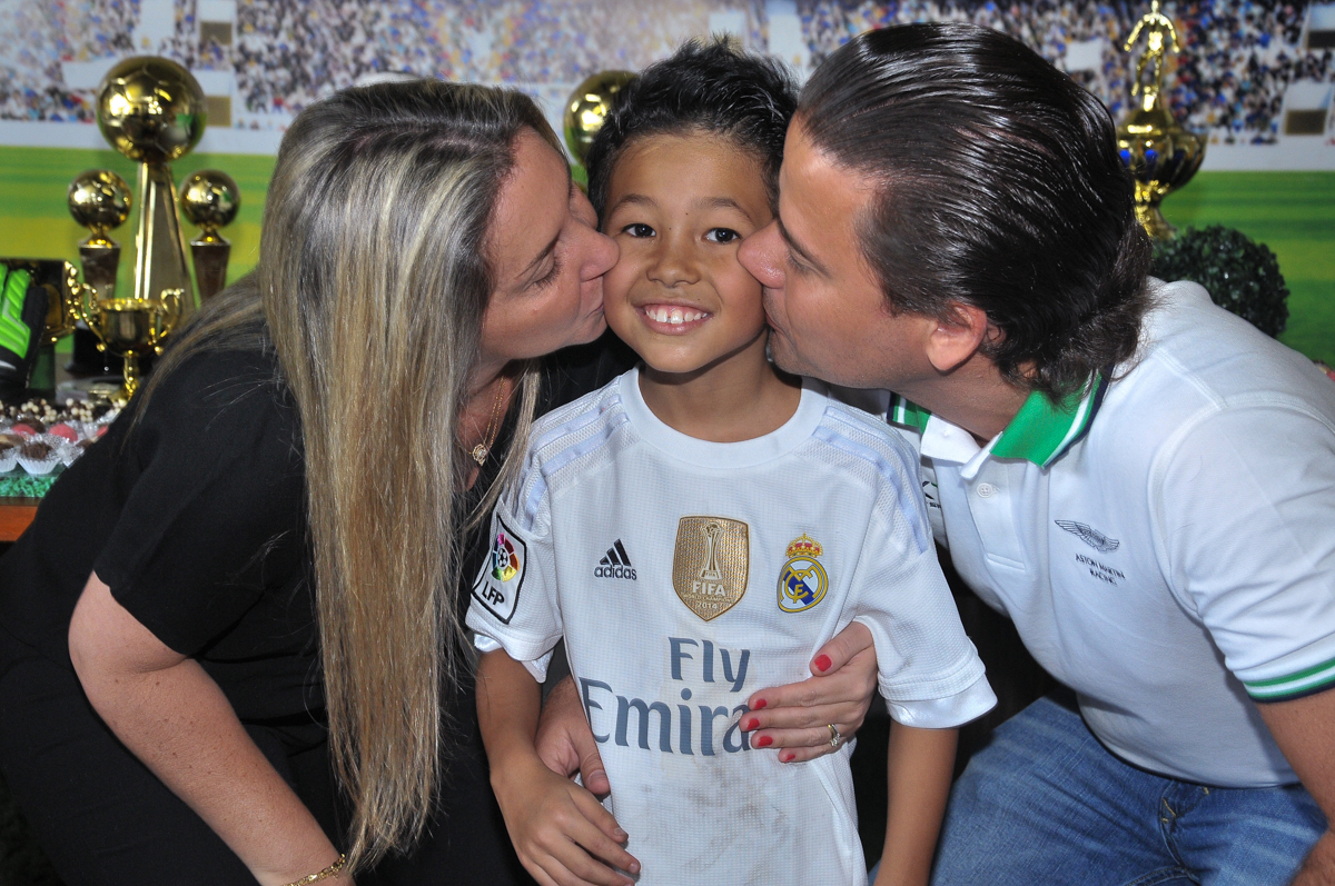 rafael recebendo beijo sanduiche dos tios no Buffet High Soccer