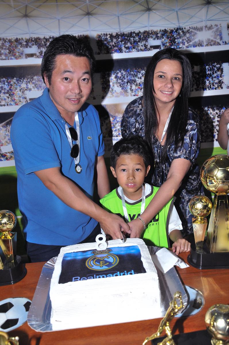 rafael e os pais cortando o bolo de aniversário no Buffet High Soccer