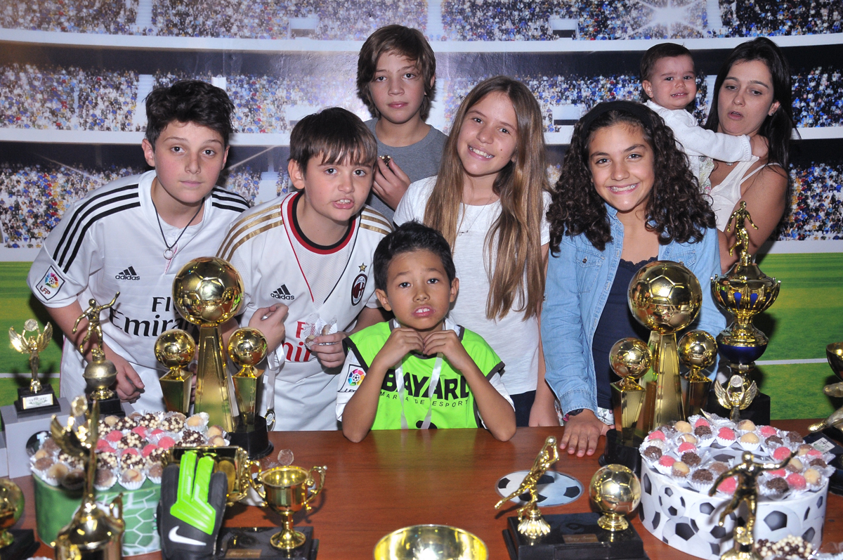 foto do rafa e amigos na mesa do bolo no Buffet High Soccer