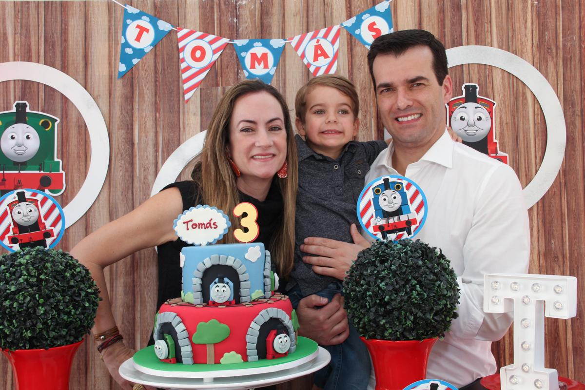 tomás e os pais na mesa decorada tema tomas na Festa no condomínio em São Paulo
