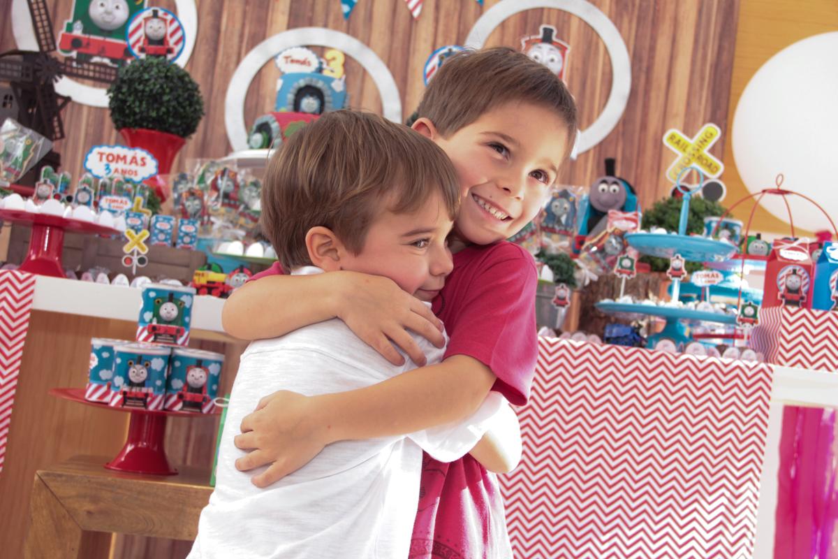 abraço carinhoso no amigo na Festa no condomínio em São Paulo