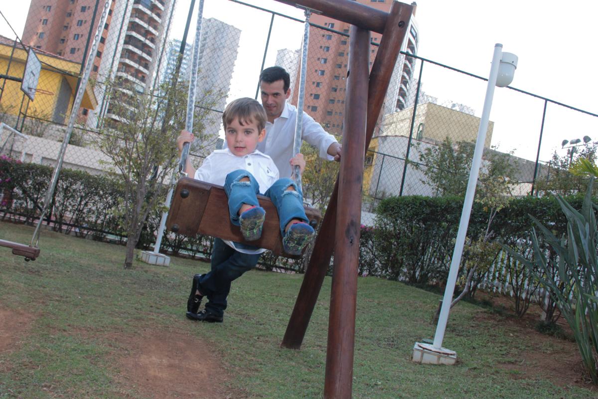 papai brincando com tomás no play ground na Festa no condomínio em São Paulo
