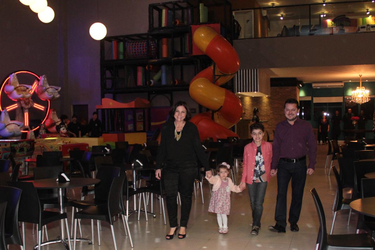 família chegando até a mesa decorada naruto no Buffet Planeta Prime, Alphaville