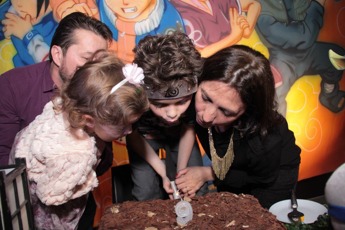 rafael assoprando a vela do bolo no Buffet Planeta Prime, Alphaville