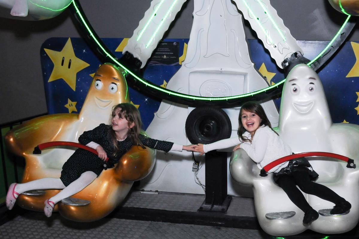 amigas brincando no carrossel no Buffet Planeta Prime-Alphaville