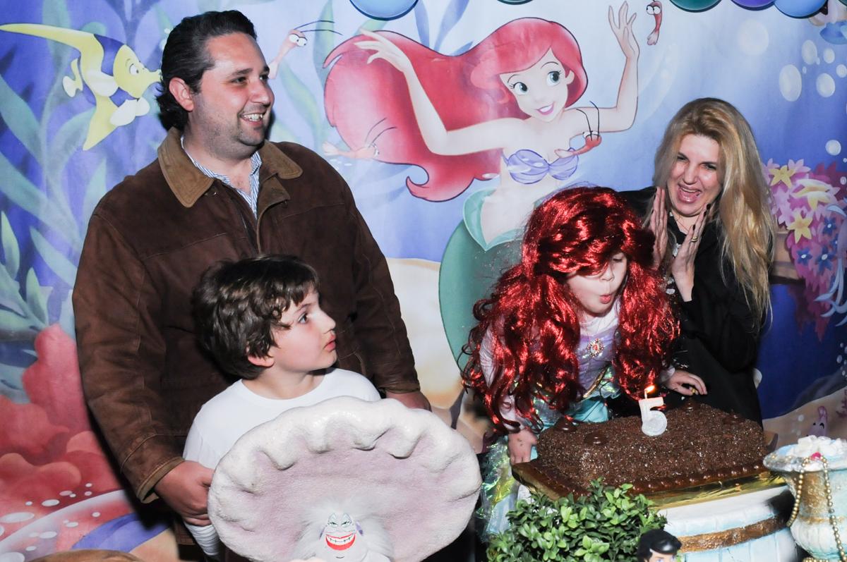 cortando o bolo de aniversário no Buffet Planeta Prime-Alphaville
