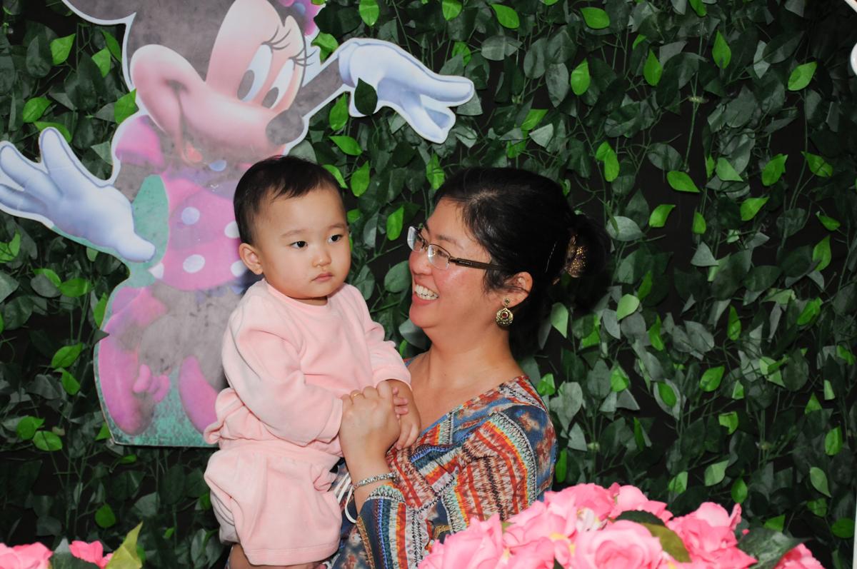 carinho da mamãe em frente a mesa decorada minie rosa no Buffet Infantil Anarquia Park, Moema, São Paulo, SP