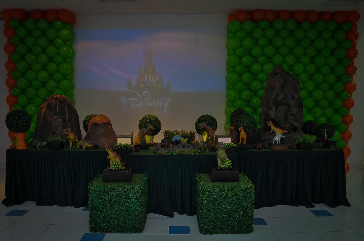 mesa decorada dos dinossauros rex no Buffet infantil Max Mania, Panambi