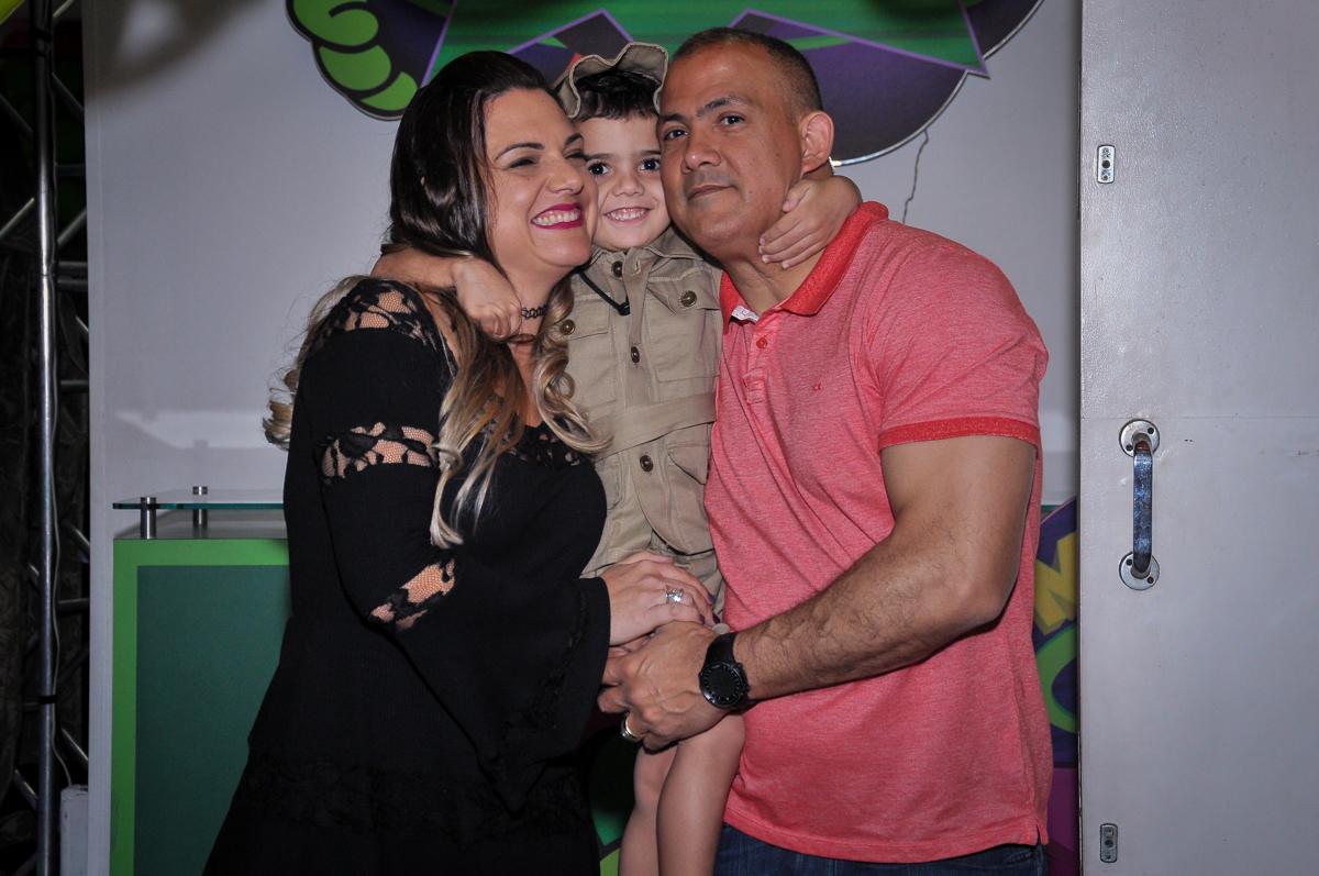 aniversariante com os pais debaixo do arco de bexigas no Buffet infantil Max Mania, Panambi