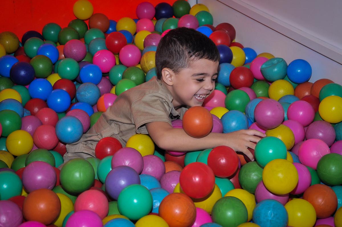 muitos sorrisos do aniversariante na piscina de bolinha no Buffet infantil Max Mania, Panambi