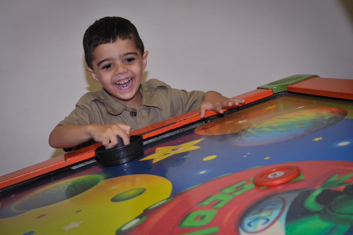 jogo com os amigos no Buffet infantil Max Mania, Panambi