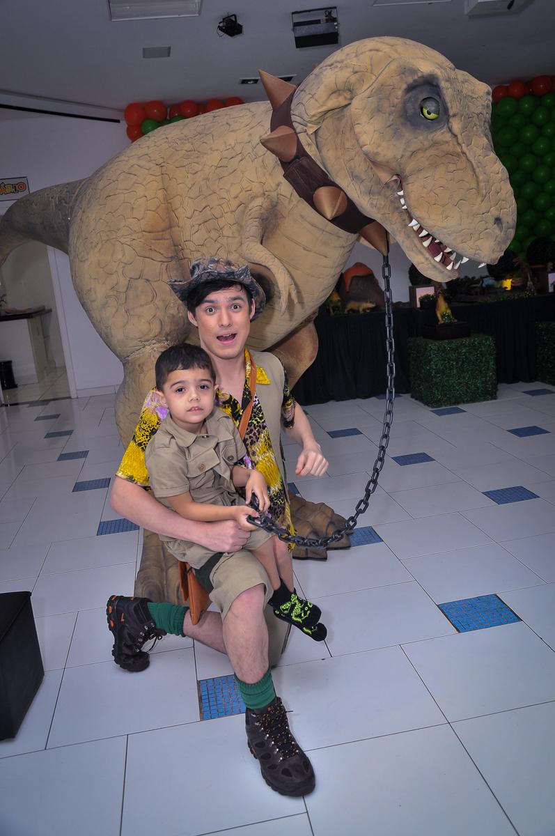 foto do aniversariante e o dinossauro rex no Buffet infantil Max Mania, Panambi