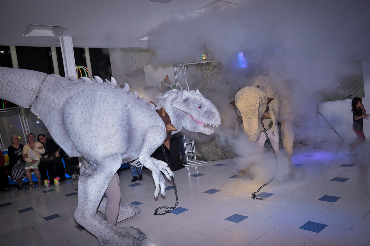 disputa de espaço dos dinossauros rex no Buffet infantil Max Mania, Panambi