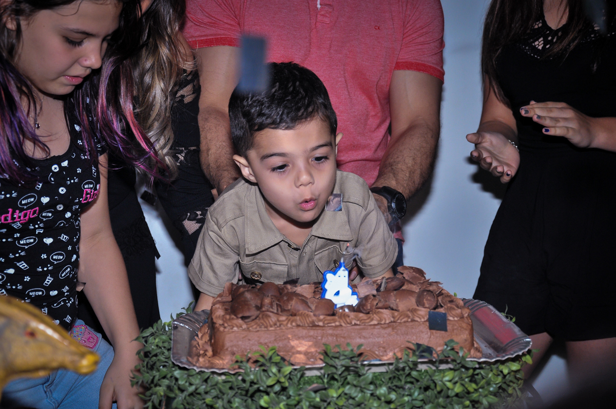 soprando a velinha do bolo no Buffet infantil Max Mania, Panambi