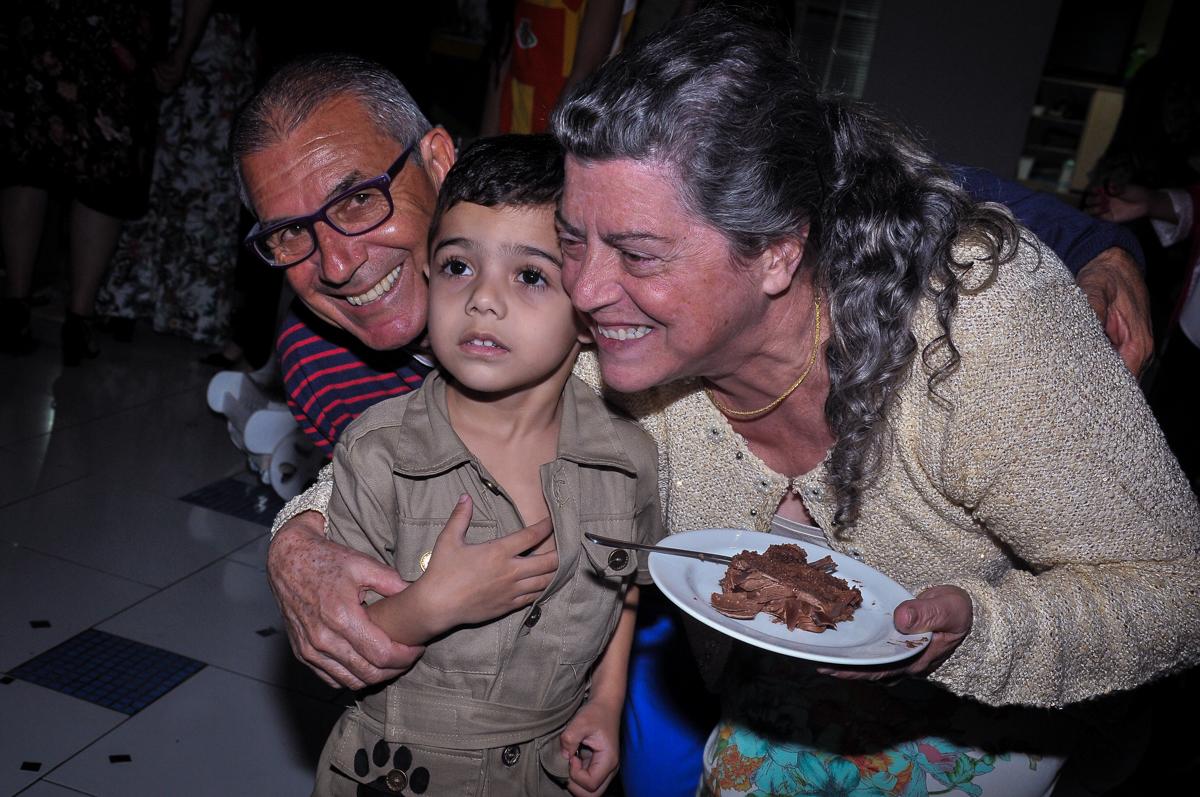 primeiro pedaço de bolo no Buffet infantil Max Mania, Panambi