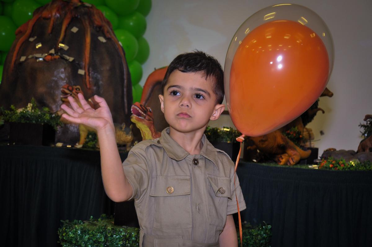 brincando com o balão de bexiga no Buffet infantil Max Mania, Panambi