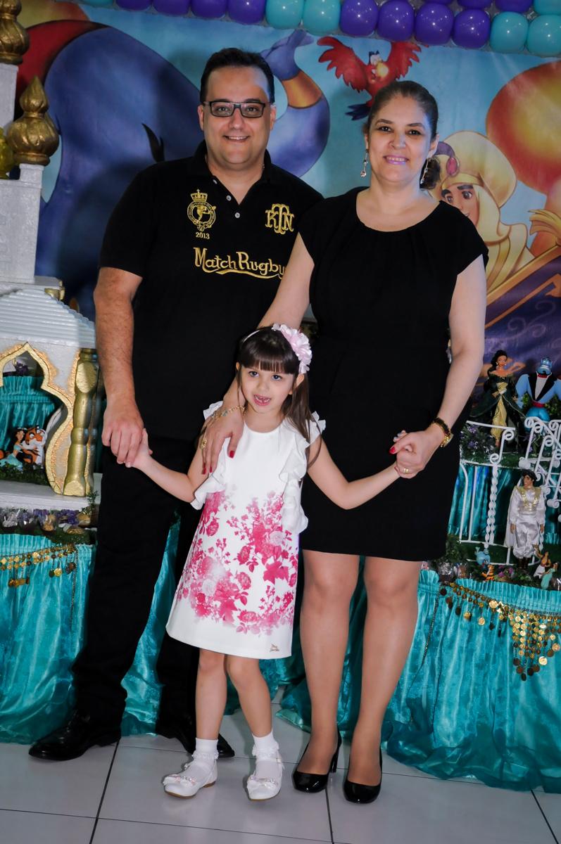 foto da família em frente da mesa tema alladim Buffet Infantil Ra Tim Boom, Saude, São Paulo