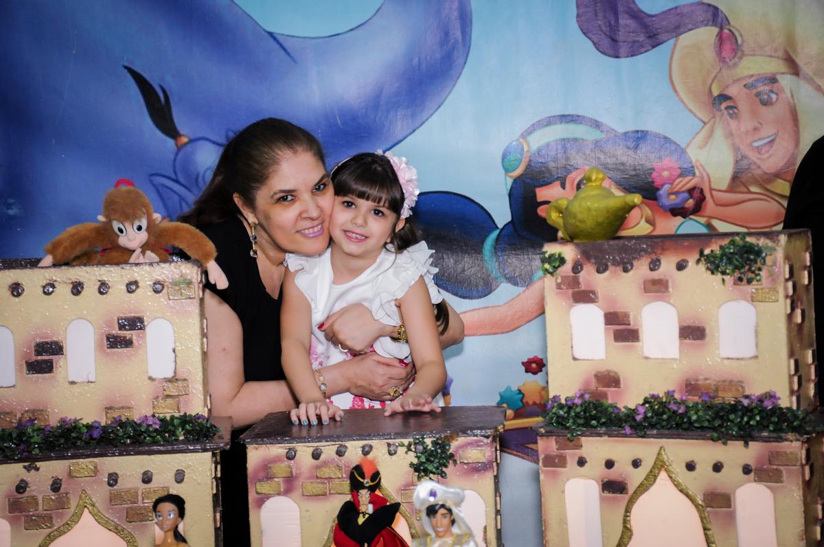mamãe e aniversariante em frente da mesa tema alladim  no Buffet Infantil Ra Tim Boom, Saude, São Paulo