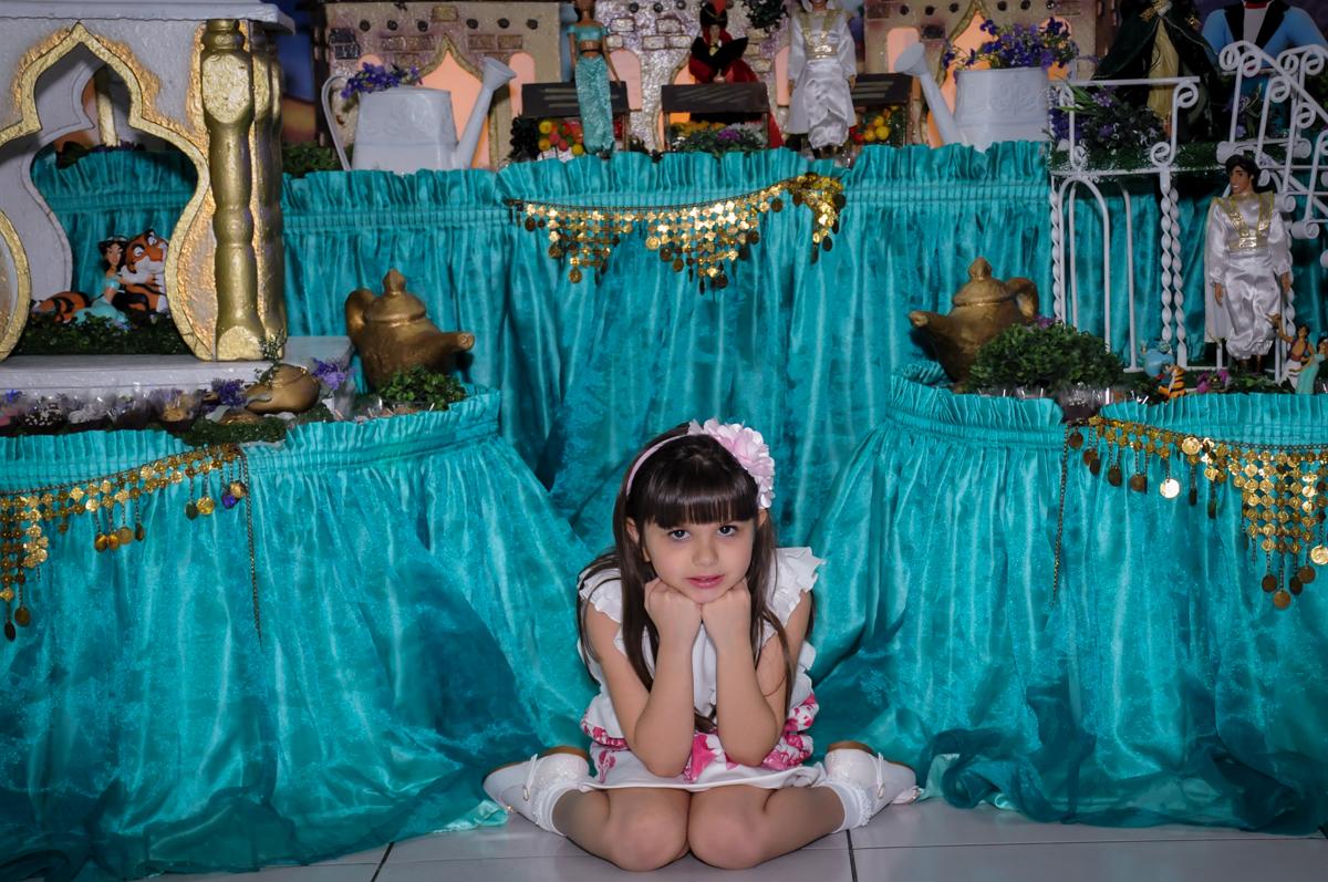 aniversariante em frente a mesa tema alladim Buffet Infantil Ra Tim Boom, Saude, São Paulo