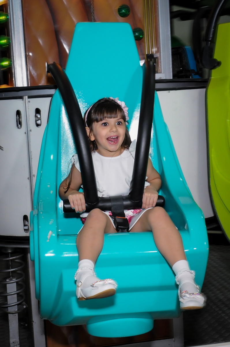 aniversariante no brinquedo espacial no Buffet Infantil Ra Tim Boom, Saude, São Paulo