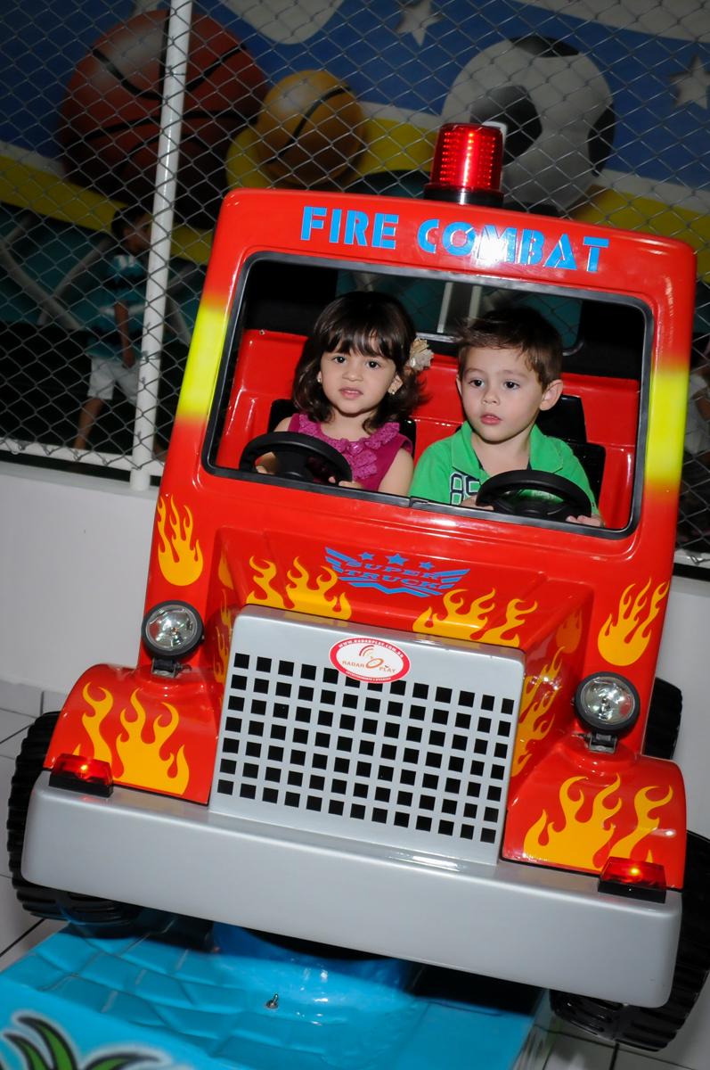 brincadeira no jeep no Buffet Infantil Ra Tim Boom, Saude, São Paulo