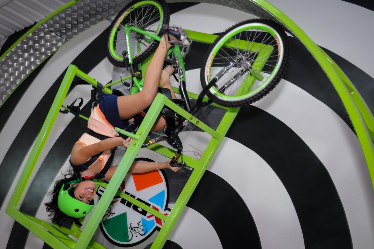 brincando na bicicleta no Buffet Infantil Ra Tim Boom, Saude, São Paulo