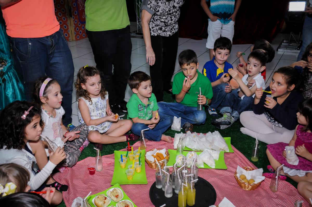 hora do lanche no Buffet Infantil Ra Tim Boom, Saude, São Paulo