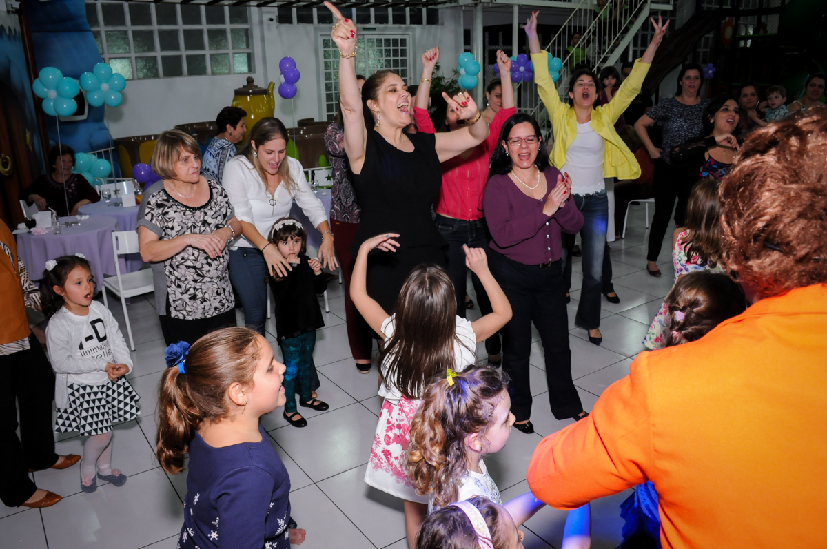 criançada e adulto no show no Buffet Infantil Ra Tim Boom, Saude, São Paulo