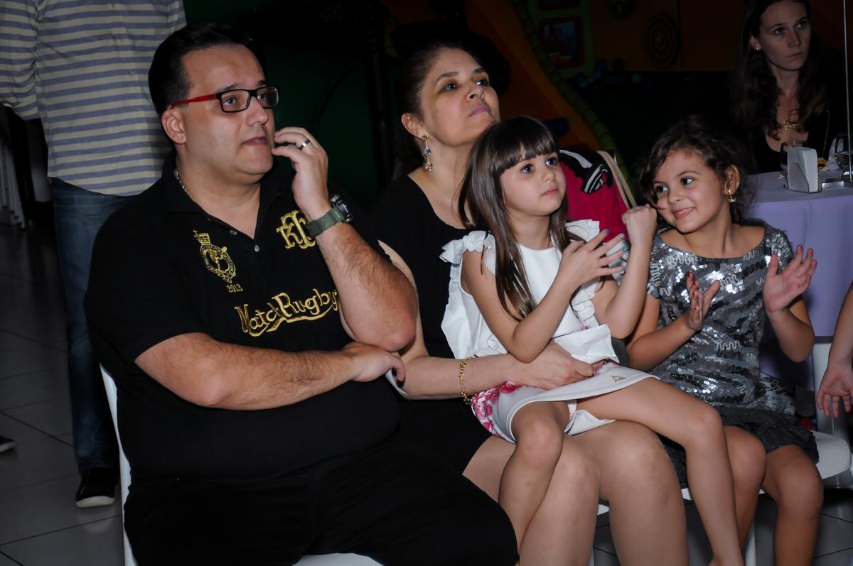 assistindo a retrospectiva no Buffet Infantil Ra Tim Boom, Saude, São Paulo