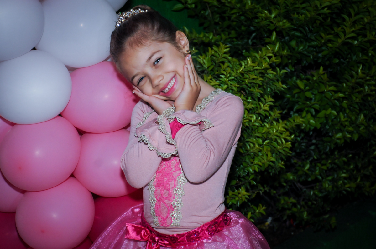 sophia vestida de barbie no Buffet Fábrica da Alegria, Unidade Osasco