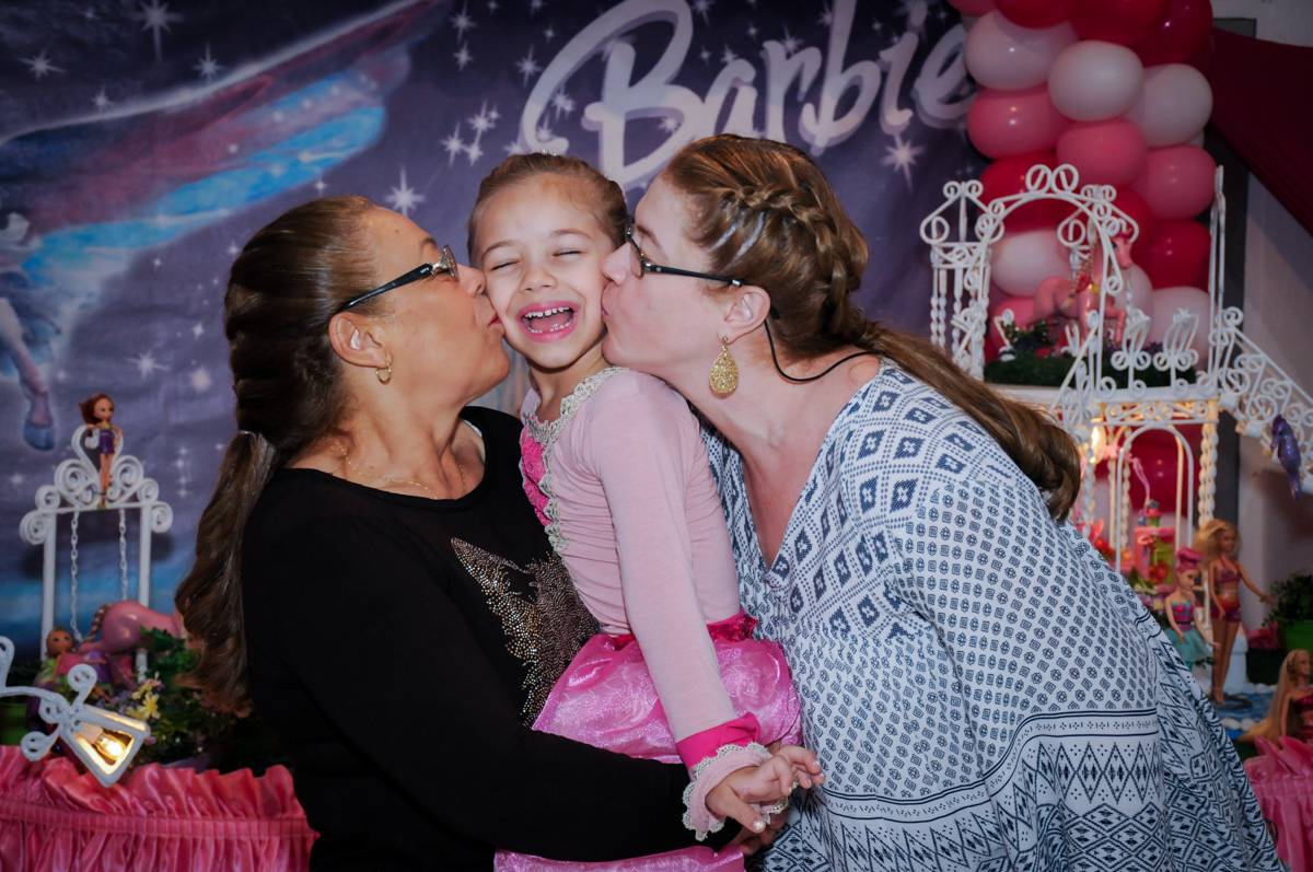 beijo sanduiche dos pais na aniversariante no Buffet Fábrica da Alegria, Unidade Osasco