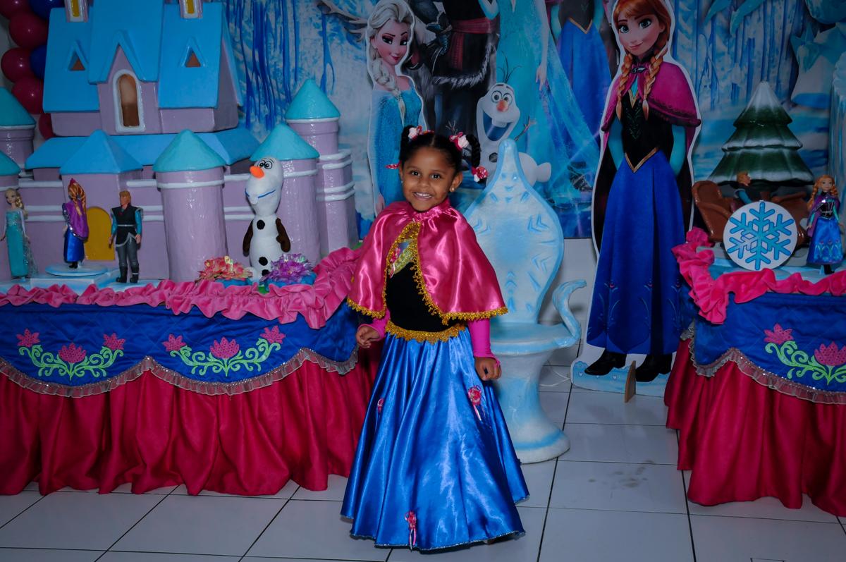 pose para foto da aniversariante em frente a mesa tema frozen no Buffet Magic Joy Unidade Saude