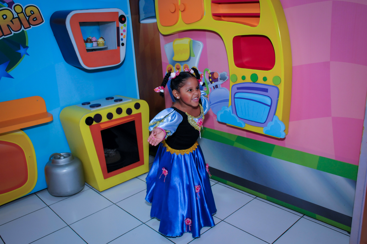 aniversariante na casa de bonecas no Buffet Magic Joy Unidade Saude