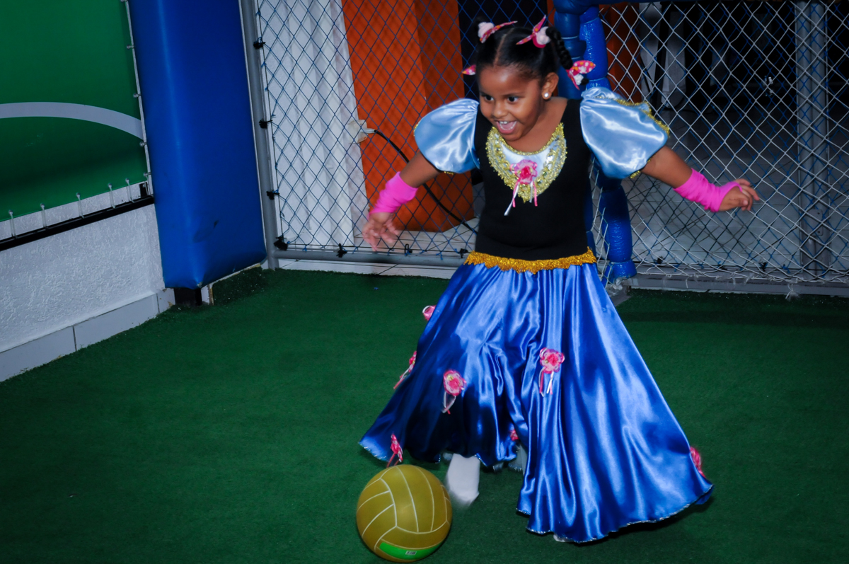 aniversariante jogando bola no Buffet Magic Joy Unidade Saude