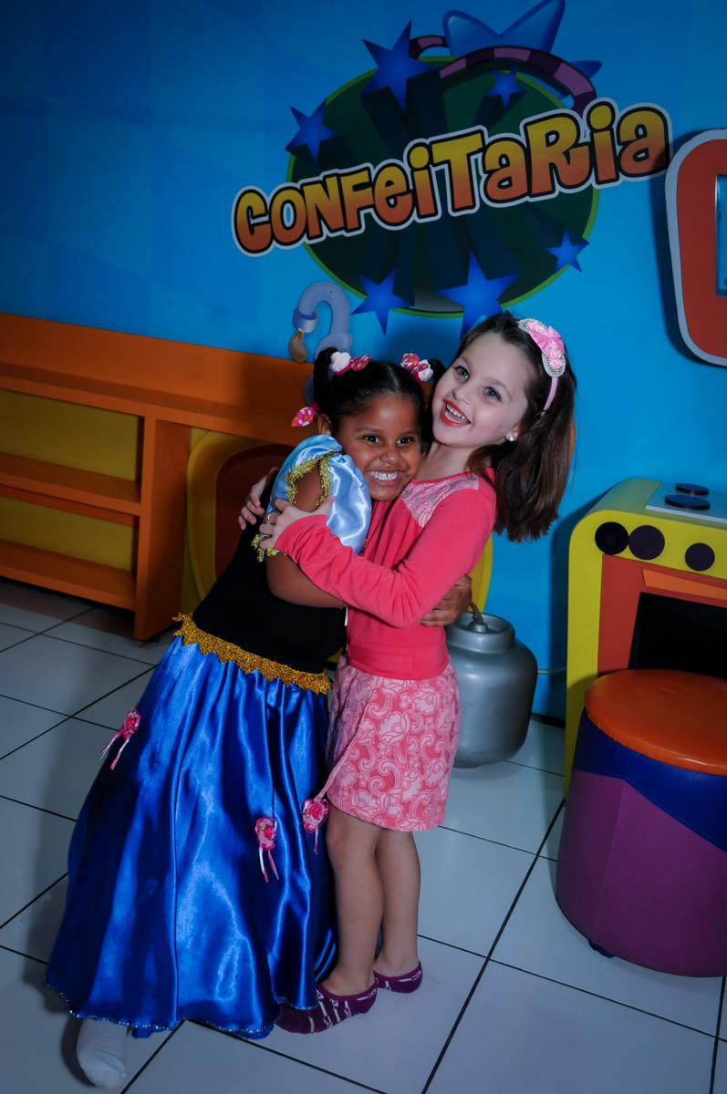 abraço apertado da amiga no Buffet Magic Joy Unidade Saude
