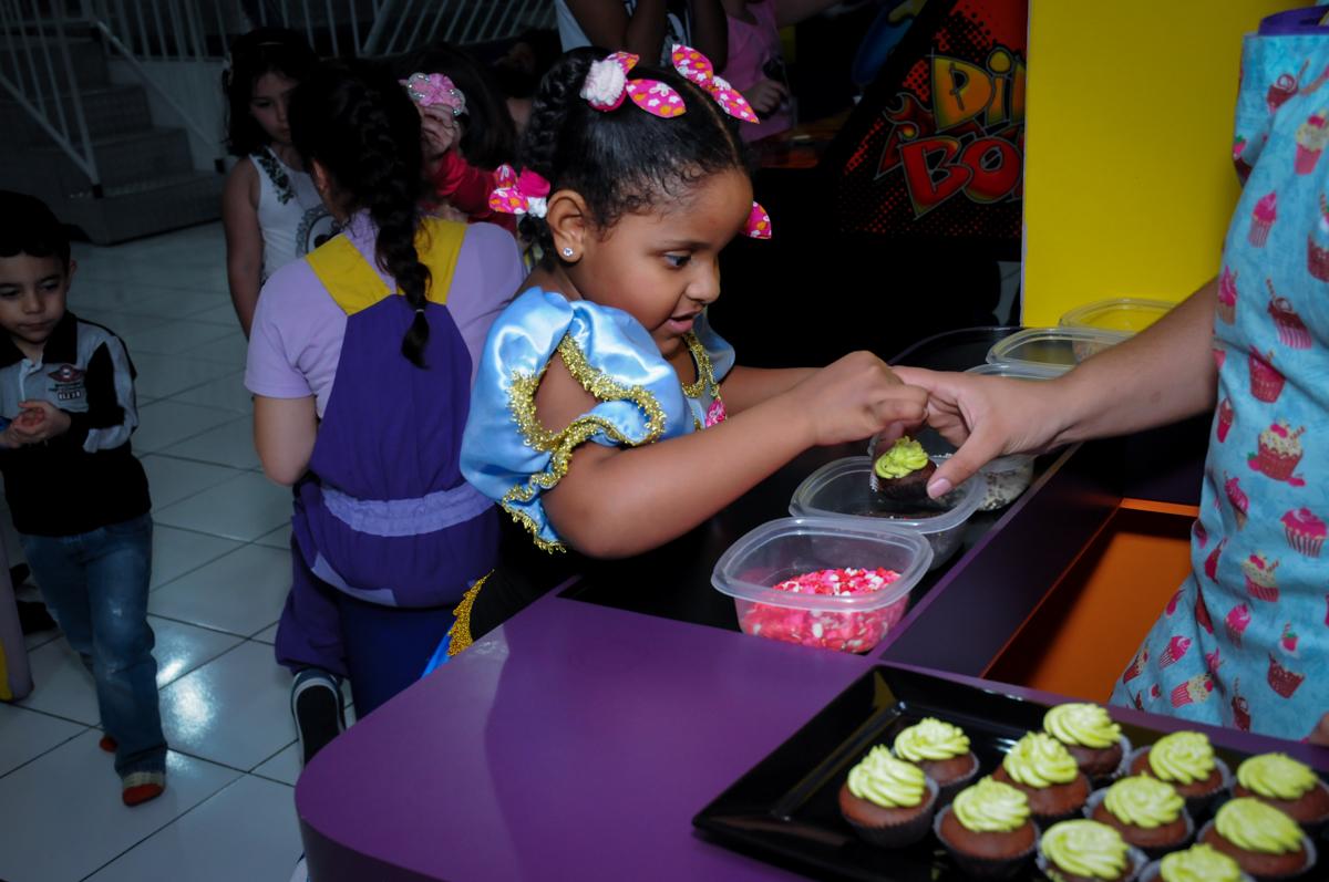 hora de fazer cup cake no Buffet Magic Joy Unidade Saude