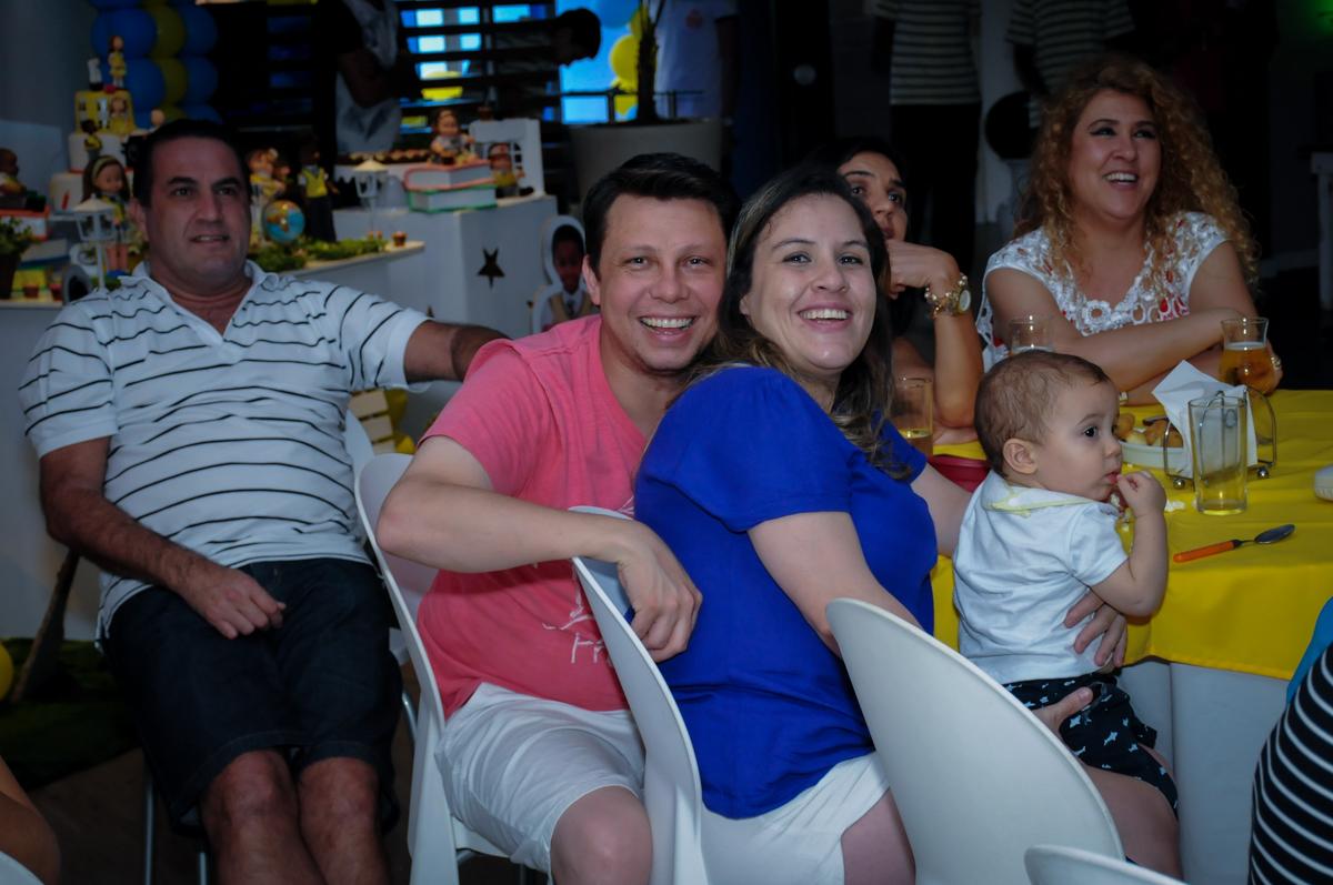 convidados assistindo a retrospectiva no Buffet Infantil Amazing, Alphaville, São Paulo