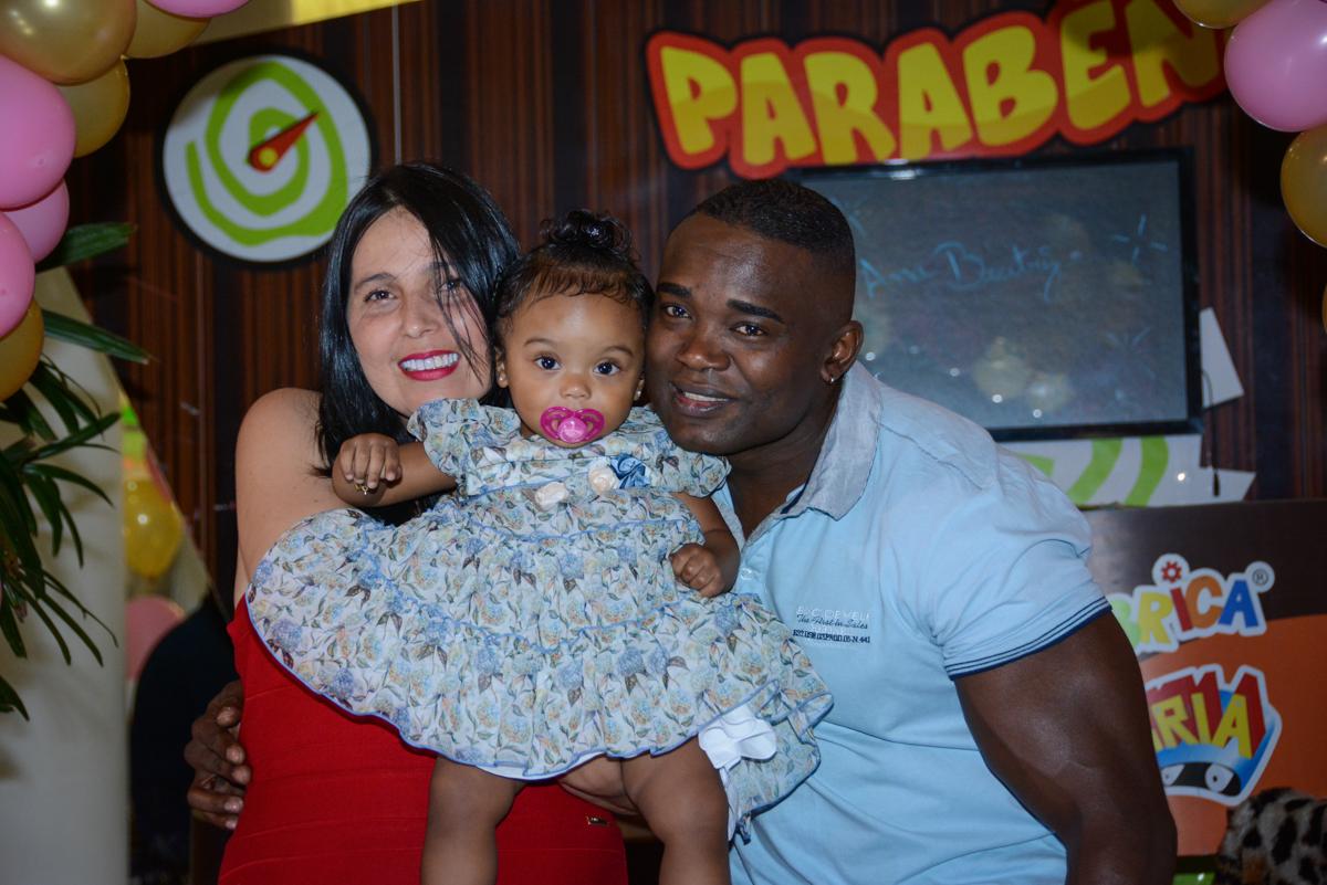 foto dos pais no arco de bexigas no Buffet Fábrica da Alegria Unidade Morumbi, São Paulo