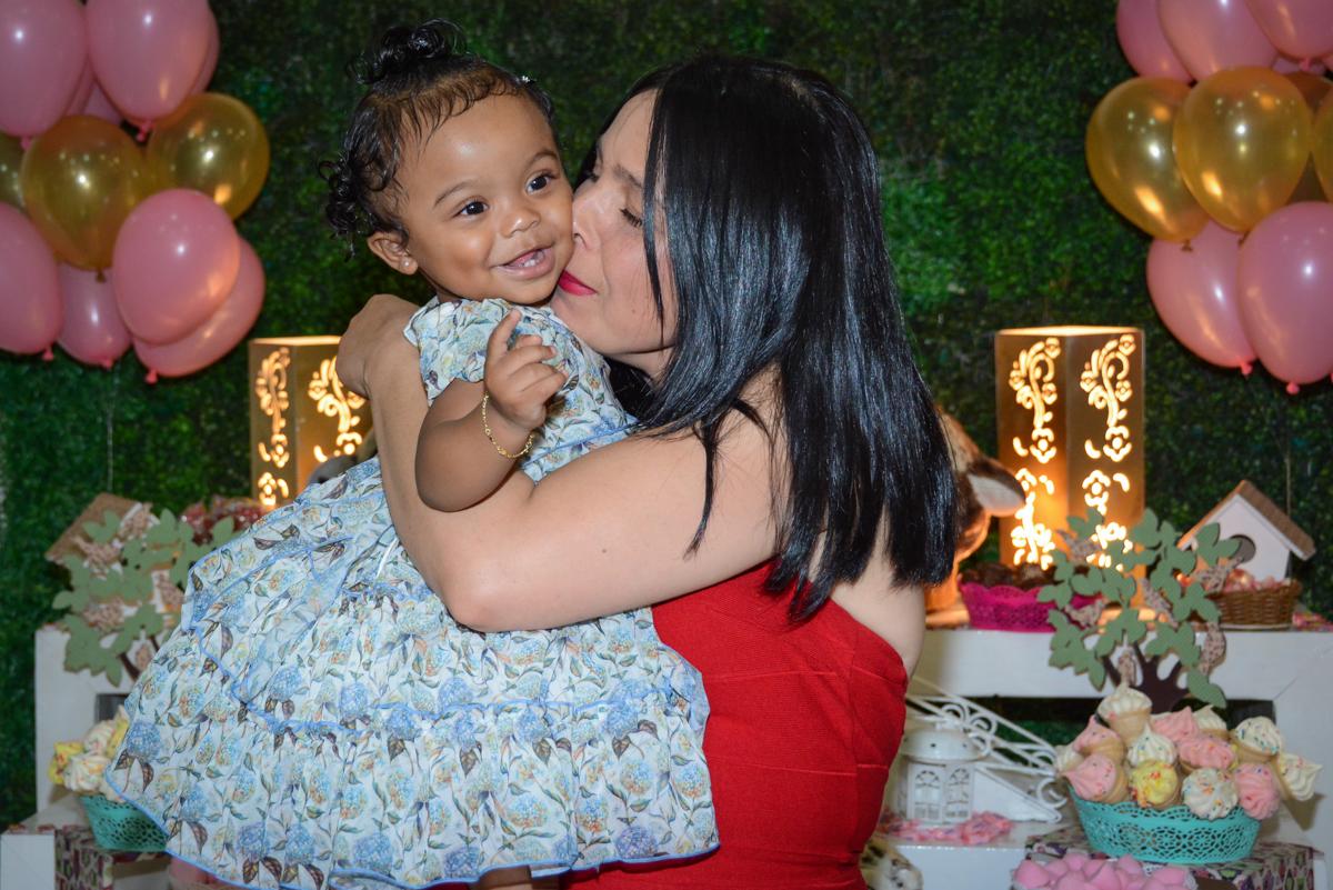ganhando beijinho da mamãe no Buffet Fábrica da Alegria Unidade Morumbi, São Paulo