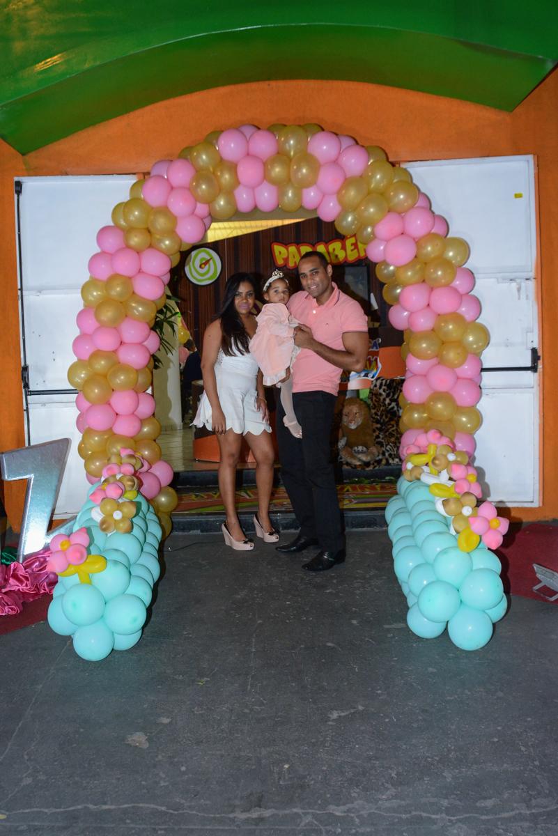 fotos dos pais e aniversariante em baixo do arco de bexigas no Buffet Fábrica da Alegria Unidade Morumbi,São Paulo