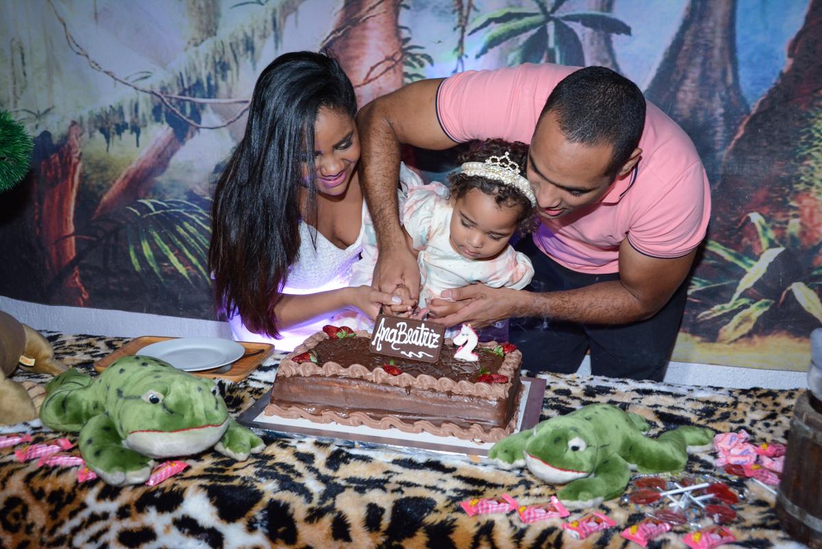 cortando o bolo de aniversário no Buffet Fábrica da Alegria Unidade Morumbi,São Paulo